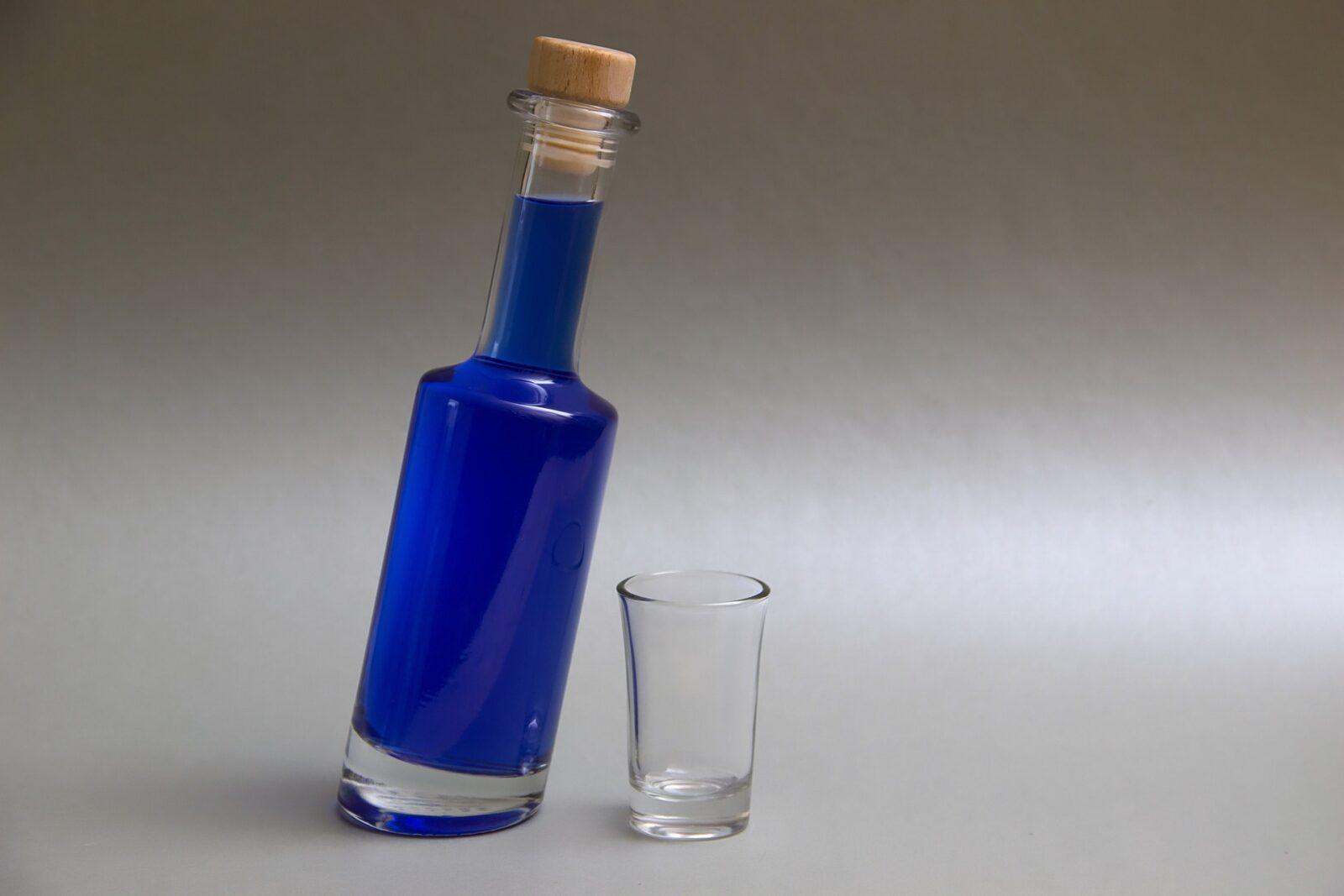 Likier Blue Curacao. Pochodzenie oraz z czym to pić?